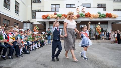 линейка в школе по улице им. Виктора Нарыкова